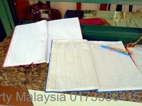守衛さんのノートにパスポートを提示し、名前その他必要情報を記入する