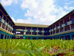 中学部(中学校)、マレーシアらしい緑豊かな芝生と校舎