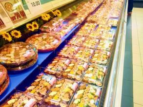 ミッドバレーメガモール内イオンスーパーマーケットのジャスコは寿司だけで、カウンターが埋まっている