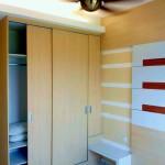 メインベッドルームにはルーフィングファン、クローゼットはもちろん、エアコンも完備