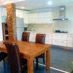 キッチン自体はもちろん、柱、テーブル、椅子と上質なこだわりが随所に感じられます