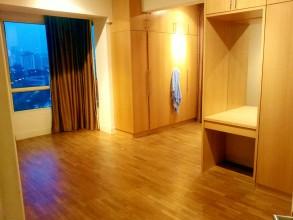 ノースポイント Northpoint condominum マスターベッドルーム。ベッドルームは日本人好みなフローリング