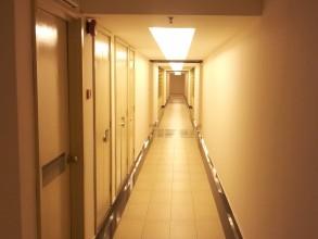 ノースポイント Northpoint condominum 廊下も明るくセキィリティーカメラが光っています