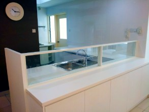 日本人オーナーソラリスデュタマス広々リビング 後付けキッチンのガラス仕切り