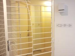 ソラリスデュタマスワンルーム studio 入り口のグリルドアは共有です