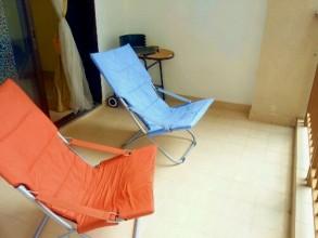 バルコニーも余裕のスペース。椅子だけでなく奥に見えるバーベキューコンロも